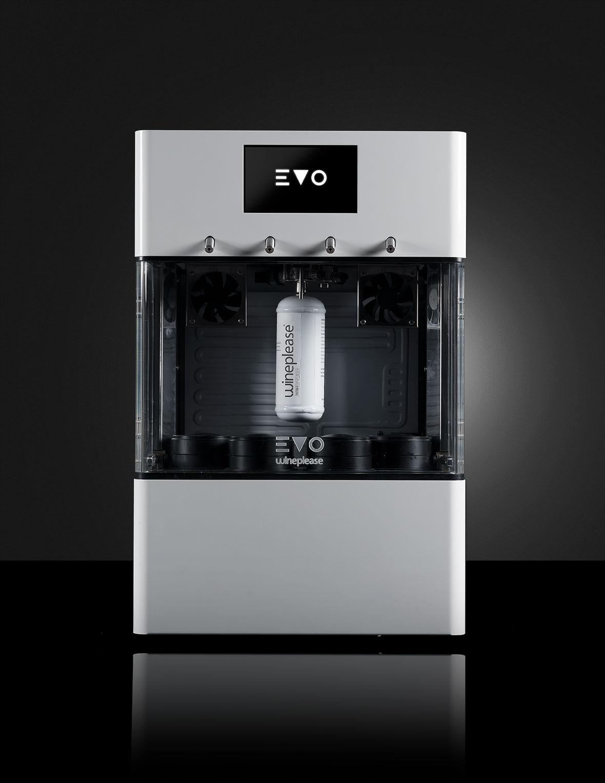 EVO LUSSO enodipsenser supercompatto da 4 bottiglie, refrigerato monotemperatura. Funzionalità self service e display touchscreen a colori. A partire da € 84,00 al mese