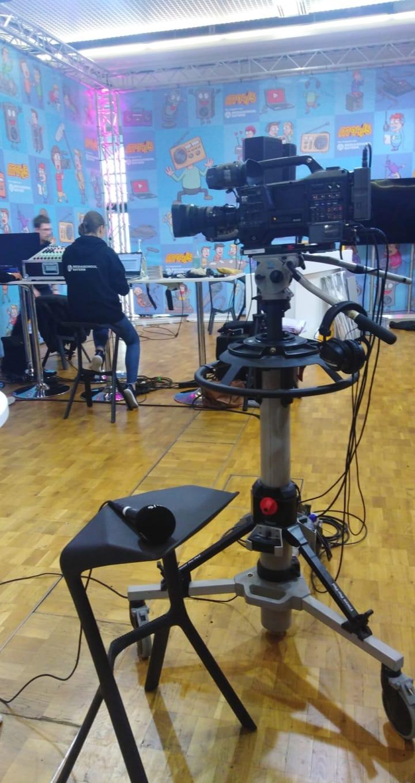 Beim Stand der Mediaschool Bayern konnten sich die Jugendlichen vor der Kamera ausprobieren. Direkt im Anschluss erhielten sie anhand der Aufnahmen Feedback zu ihrem Auftreten.