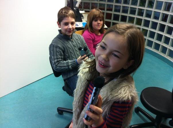 Kleine Radiomacher entdecken das Aufnahmegerät.