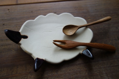 ヒツジ皿にのるカトラリー