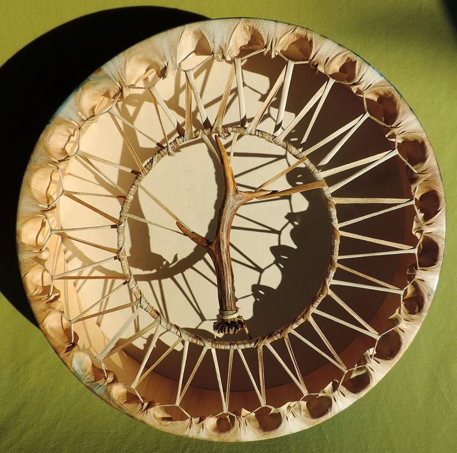 legatura a cerchio interno, con corno di capriolo centrale.