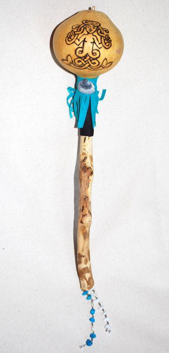 """Sonaglio """"Sirena"""" in zucca con manico in legno restituito dalle onde del mare; decorato a mano con disegno inciso, pelle, conchiglie e pietre."""
