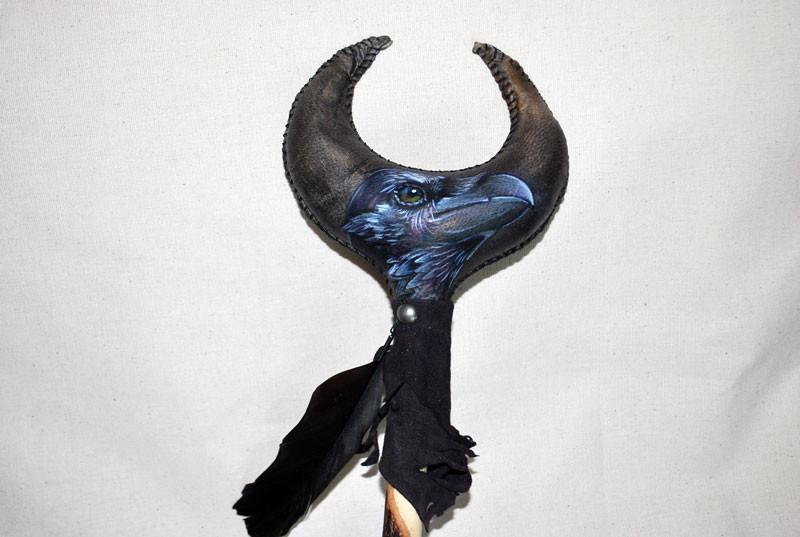 Sonaglio Corvo; realizzato in pelle di capra e decorato a mano con dipinto, piuma di corvo, ametiste e ematit (dettaglio della pittura)
