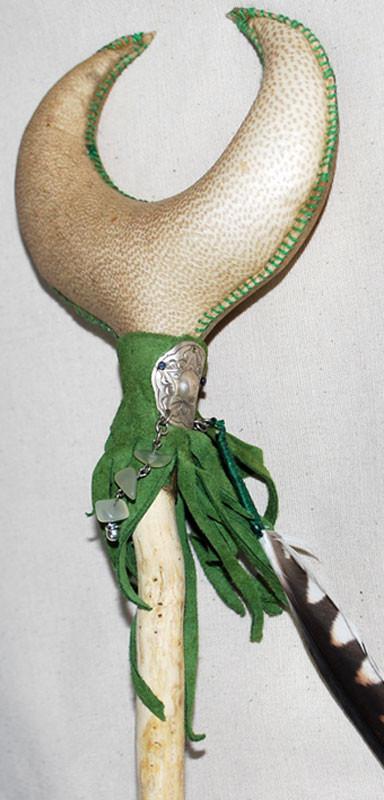 """""""Luna di Edera"""", sonaglio realizzato in pelle di capra con manico in legno di Edera e decorato a mano con pelle, pietre e piuma di Gheppio (dettaglio)."""