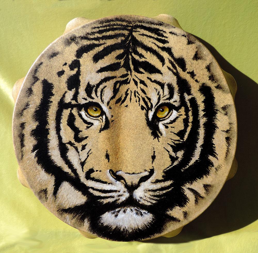 Tamburo accordabile 45 cm di diametro con legatura a 6 braccia, dipinto a mano con muso di Tigre; 6 pietre dure incluse nell'intreccio posteriore (Quarzo, Quarzo rosa, Citrino, Corniola, Turchese, Ametista) e 7 piume cruelty free.