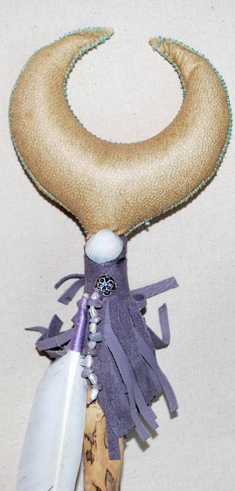 """""""Luna delle Acque"""", sonaglio in pelle di capra e manico in legno restituito dalle acque di un fiume, decorato a mano con pelle, piuma di cigno, conchiglia, ametiste, perle di madreperla e perle di fiume (dettaglio)."""