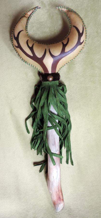 """""""Luna del Cervo"""", Sonaglio Sciamanico in pelle di capra con manico in legno dilavato da corrente di fiume. Dipinto a mano, decorazioni in pelle e metallo. DISPONIBILE"""