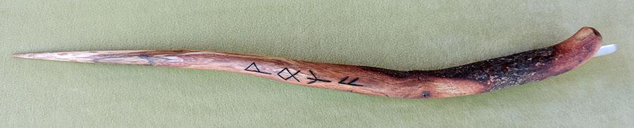 Quercia con cristallo di quarzo e rune incise