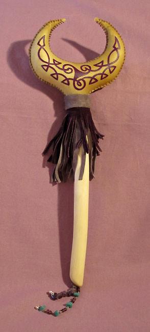 """""""Luna Viola"""" Sonaglio Sciamanico in pelle di capra con manico in legno di Frassino. Dipinto a mano con Triskell e decorato con pelle, perline, Amestista e Avventurina."""