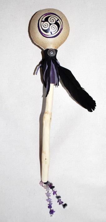 """Sonaglio """"Ametista"""" in pelle di capra, dipinto a mano e decorato con pelle, piuma di corvo e ametiste."""