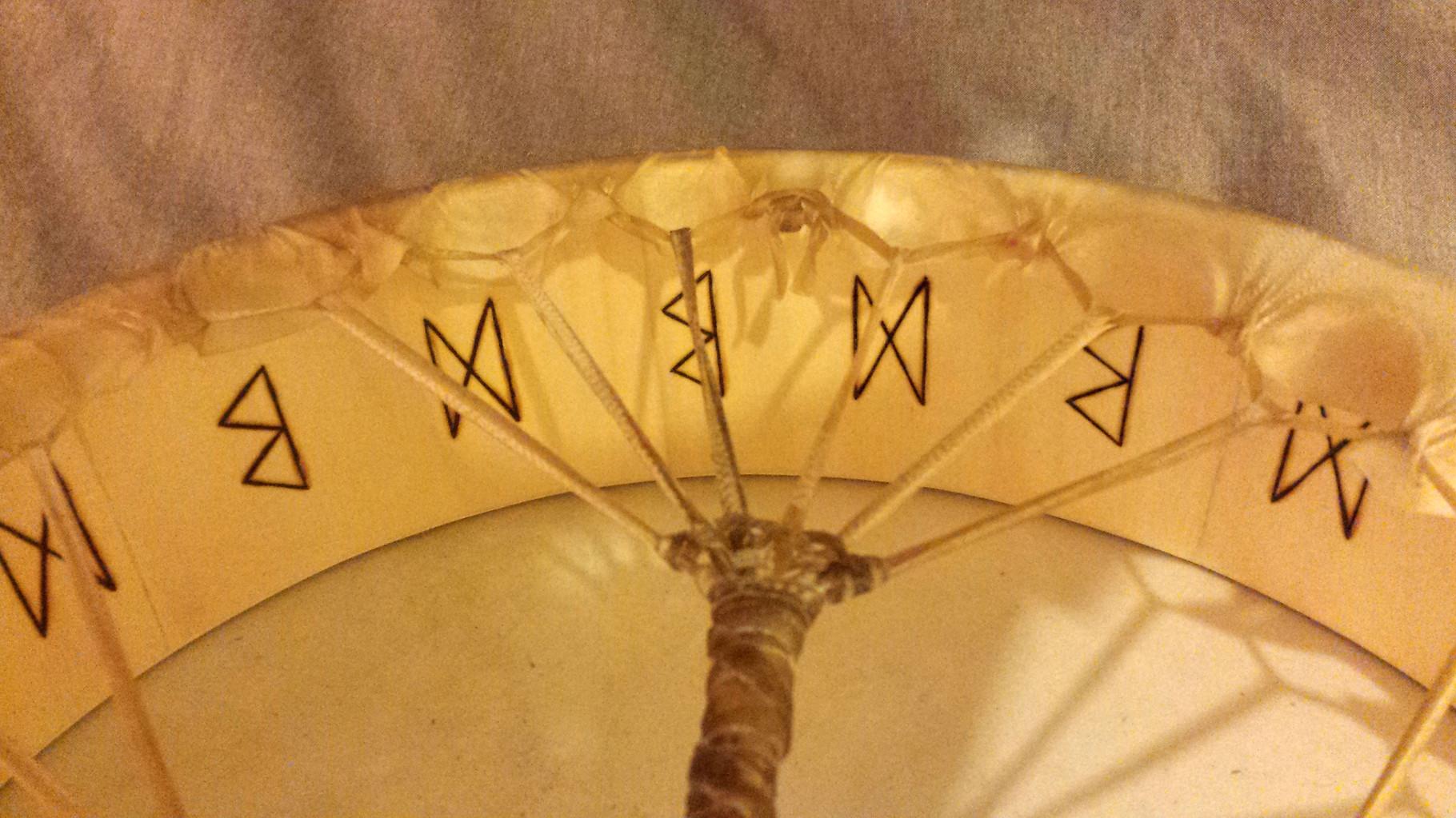 Dettaglio di rune incise a caldo nella parte interna di un tamburo (ordine personalizzato)