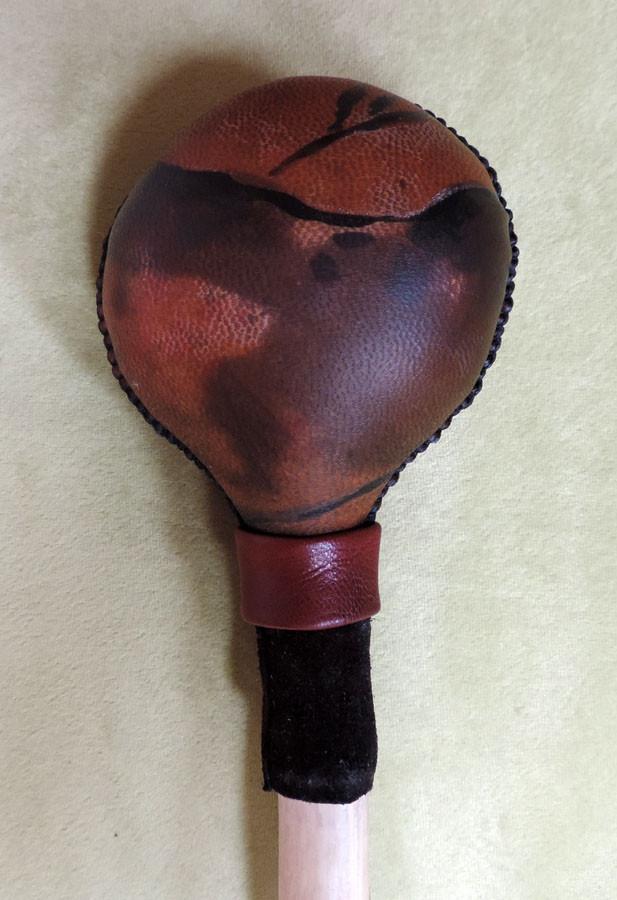 Sonaglio del Toro - sonaglio sciamanico in pelle di capra e manico in legno di Carpino, decorato con pelle e borchia metallica e dipinto a mano con Toro (dettaglio retro) DISPONIBILE