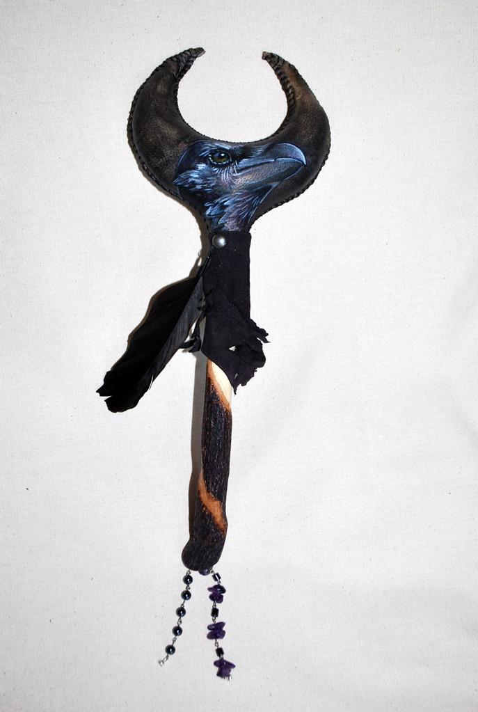 Sonaglio Corvo; realizzato in pelle di capra e decorato a mano con dipinto, piuma di corvo, ametiste e ematiti