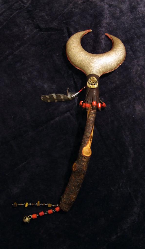"""""""Luna di Sangue"""" Sonaglio in pelle di capra e manico in ciliegio decorato a mano con pelle, perline, pietre e piuma di Gheppio."""