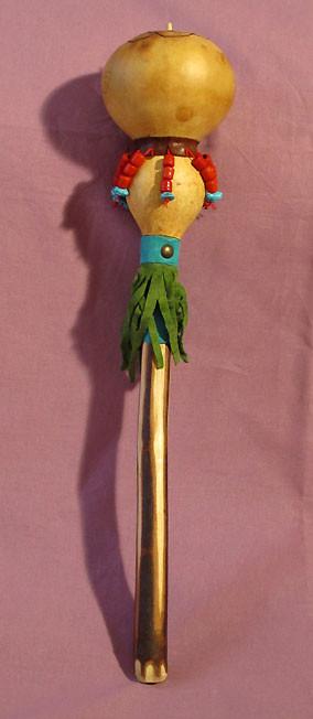 """""""Sonaglio Carioca"""" Sonaglio Sciamanico in zucca con manico in legno di Frassino. Pirografato e decorato con pelle e perline."""