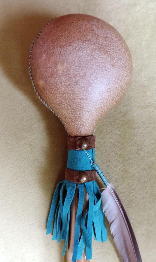 Sonaglio sciamanico in pelle di capra e manico in legno di Frassino, decorato a mano con pelle, borchie metalliche, Agata bianca, Turchese e perline in corno. Piuma di Tortora. (dettaglio)