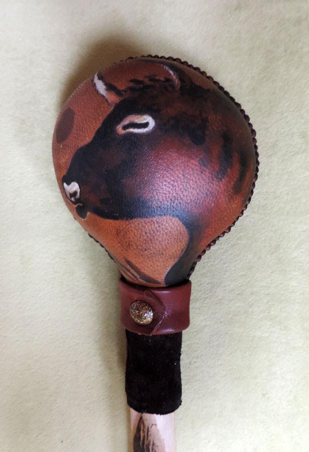 Sonaglio del Toro - sonaglio sciamanico in pelle di capra e manico in legno di Carpino, decorato con pelle e borchia metallica e dipinto a mano con Toro (dettaglio fronte) DISPONIBILE