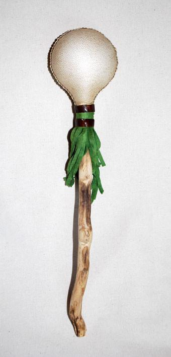 Sonaglio in pelle di capra decorato con pelle verde e marrone.