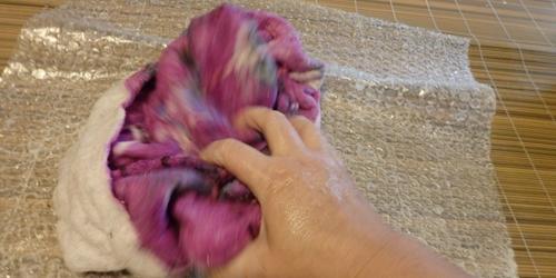 Foulonage (on frotte, on tape pour que les fibres s'accrochent entre elles)