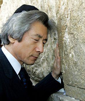 Недавний премьер Японии там же