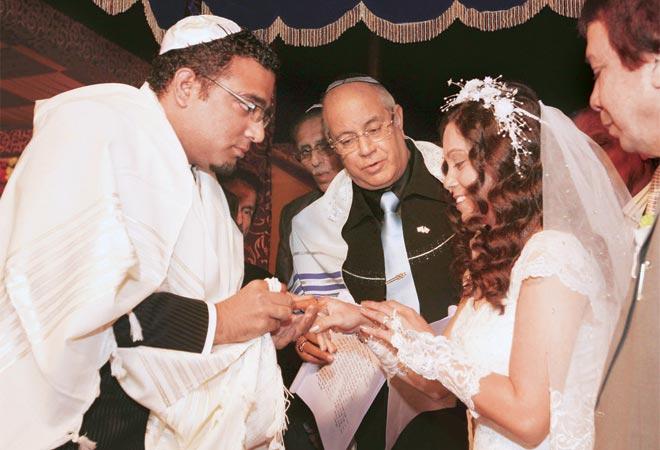 Это не кадр из болливудского фильма. Это простая индийская свадьба. Но с правильными лицами и цветом полосок на шарфе местного раввина.