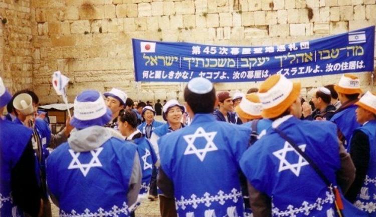 Японцы у стены плача. Обратите внимание на цвет. Почему-то мне кажется, что синий на самом деле не синий, а чуть-чуть пурпурный.