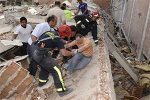 Mismo edificio rescatando a personas con vida