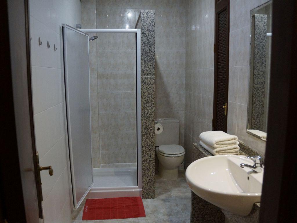 Bad zu Schlafzimmer 2 mit Dusche
