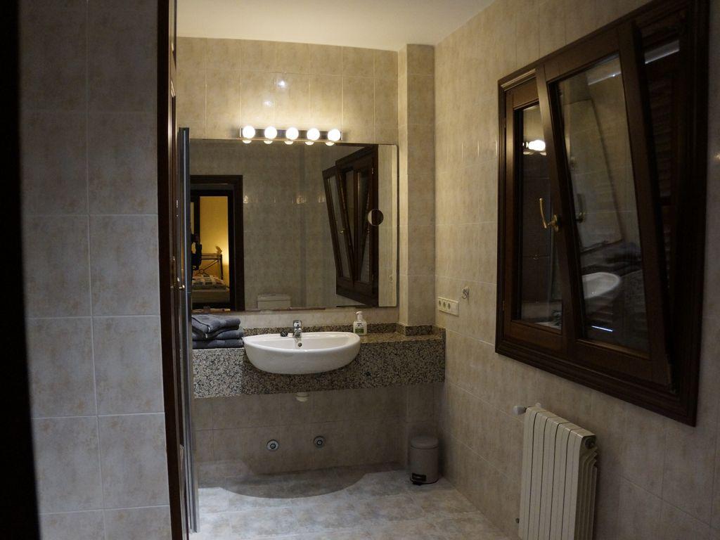 Bad zu Schlafzimmer 1 en suite mit Wanne und Dusche