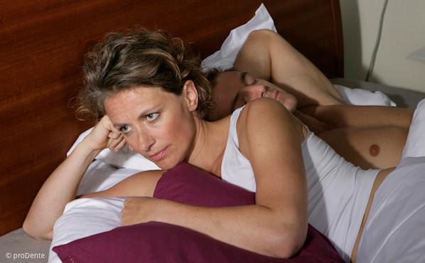 Schnarchen stört nicht nur den Partner. Es kann auch ein Gesundheits-Risiko sein.