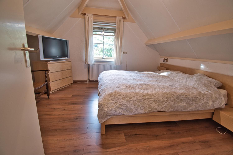 master bedroom met laminaatvloer