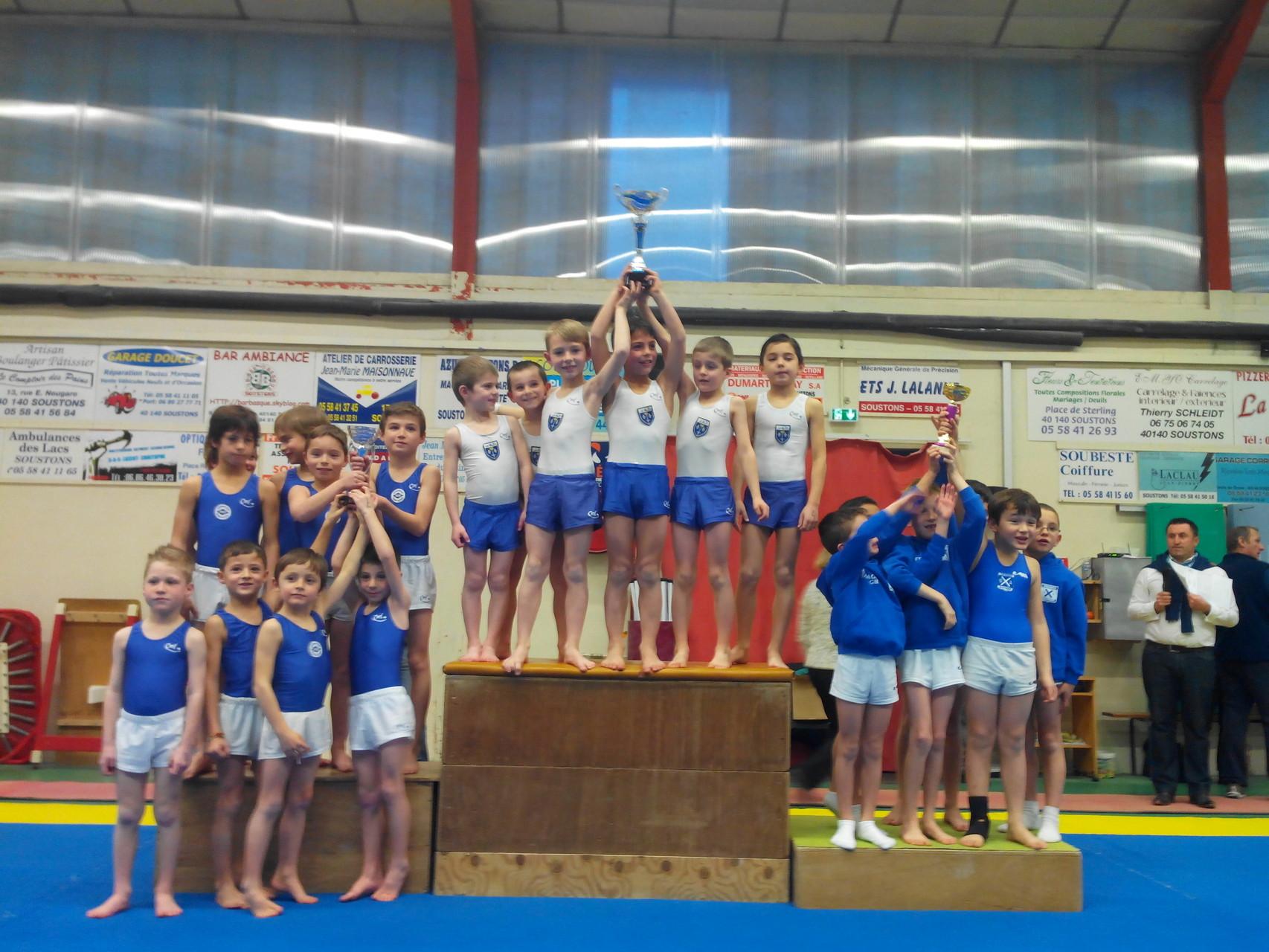 Podium équipes Poussins: 1er Jeanne d'Arc de Dax, 2ème UG St Paul Lès Dax, 3ème Croisés de Bayonne