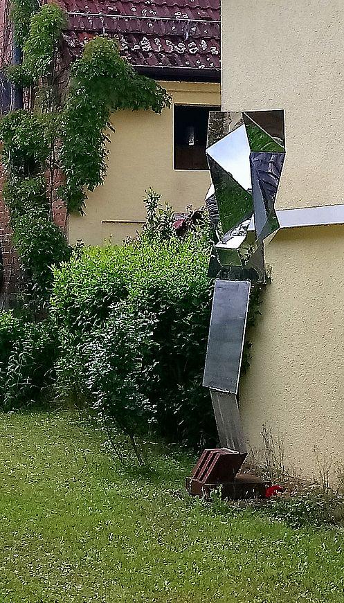 Schmitz-Skulptur in einem privaten Garten in Warmbronn