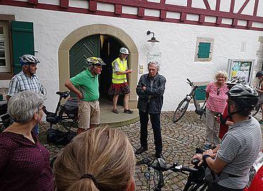 Axel Kuhl informiert die Radelnden spontan über die Christian-Wagner-Gesellschaft