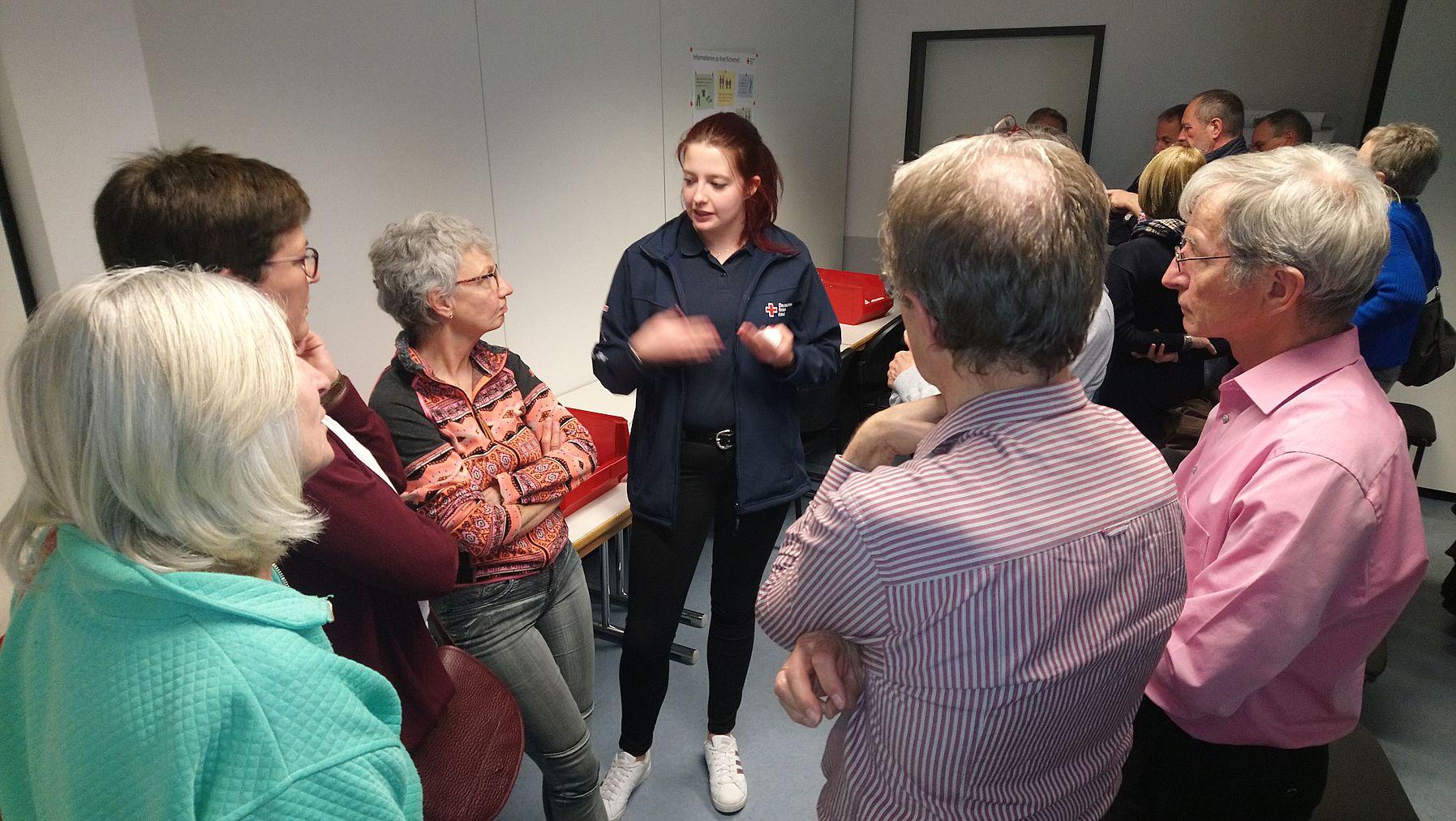 Die Leiterin des Jugendrotkreuz im Gespräch mit interessierten TeilnehmerInnen