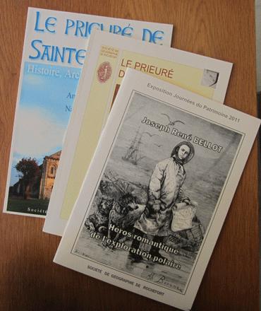 Publications d'une société savante : brochures illustrées, reliures dos collé carré artisanales