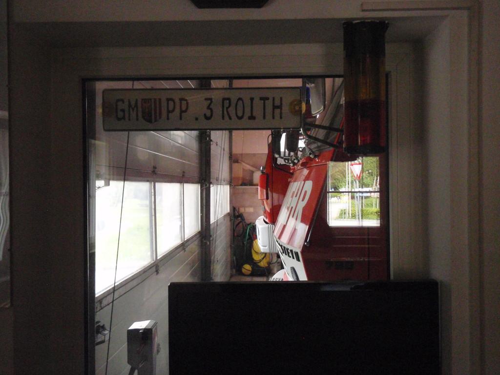 Blick aus dem Kommandoraum in die Fahrzeughalle