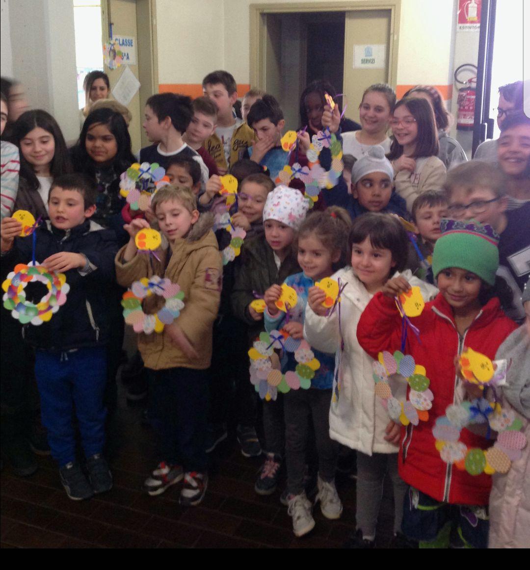 Che bella sorpresa: gli amici della scuola primaria ci hanno regalato una ghirlanda per augurare Buona Pasqua!!!!
