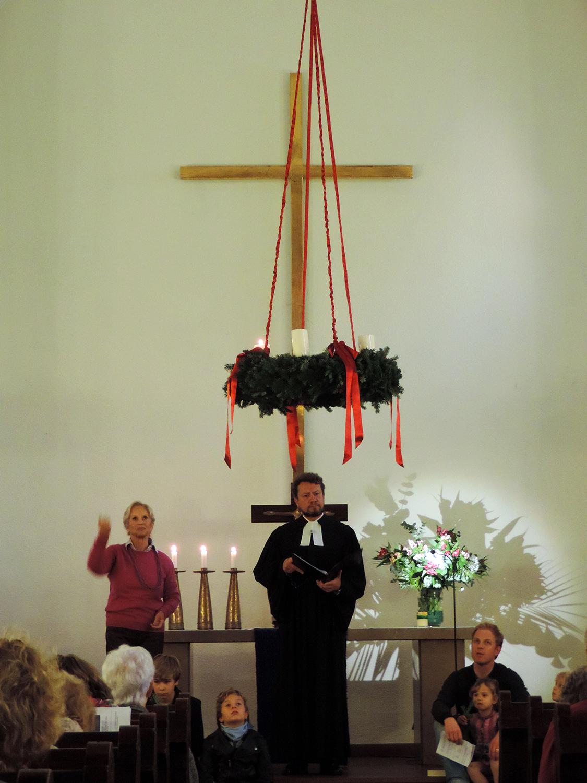 Hochziehen des Adventskranzes