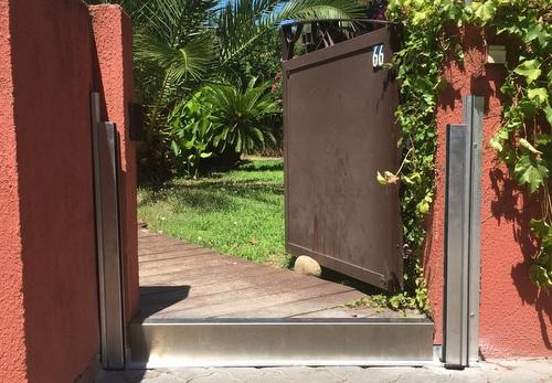 Vue des montants en profilés aluminium installés en applique pour notre  barrière anti-crue Hi-Pro, batardeau porte de jardin anti inondations Montpellier