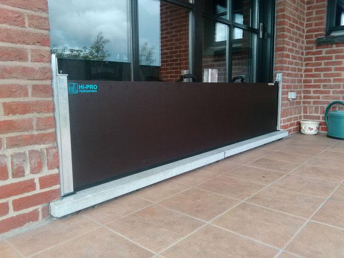 Système batardeau pour vitrine commerciale grande largeur, renforcée par un poteau intermédiaire. L'utilisation ou non de poteaux de renforcement est fonction de la longueur des batardeaux.