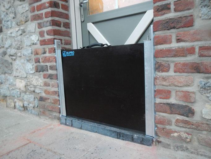 """Protection crue de porte de maison. Les joints """"EPDM"""" des profilés aluminium assurent l'étanchéité verticale.Le joint """"EPDM"""" du batardeau assure l'étanchéité horizontale."""