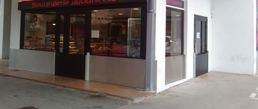 Photo qui montre l'installation de la protection par batardeaux amovibles et panneaux anti inondation fixes pour deux façades d'une boulangerie en angle