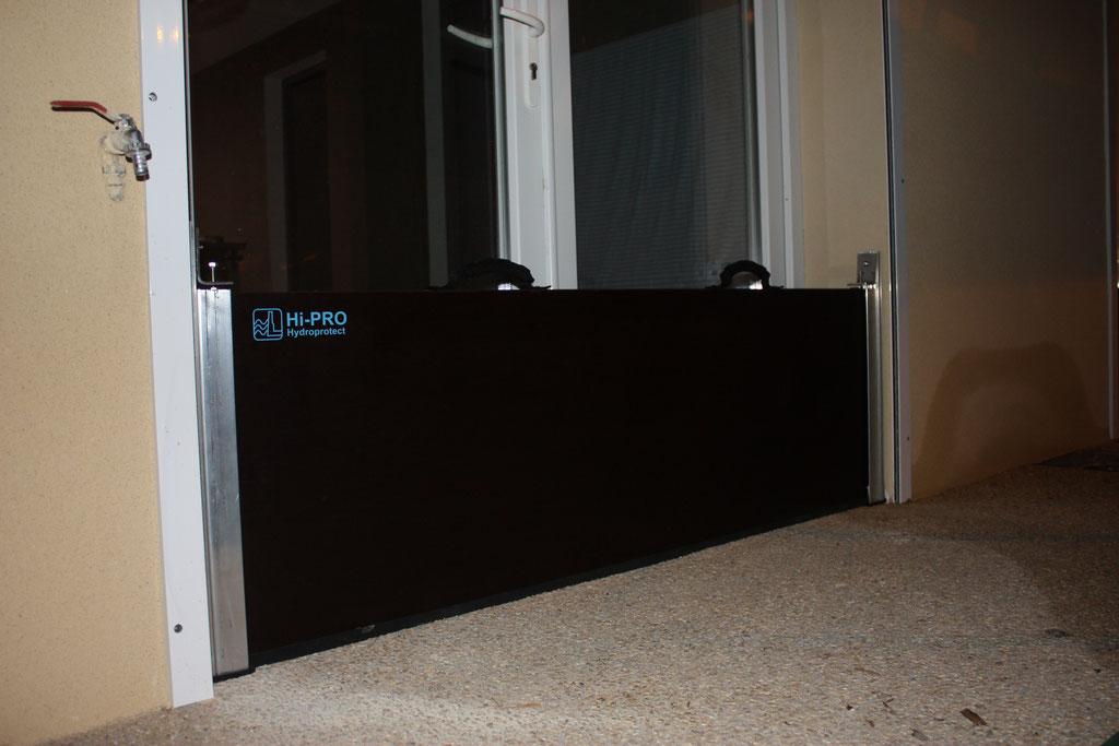 Image-barrière-panneau-batardeau-anti-crues-Montpellier. En sécurité avec le panneau contre les inondations , les eaux ne pourront plus passer par la porte de la baie vitrée.