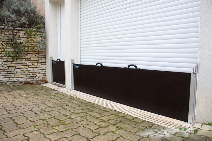 Les barrières de  protection anti-inondations , mises en place empêchent l'eau de pénétrer à l'intérieur de la maison.