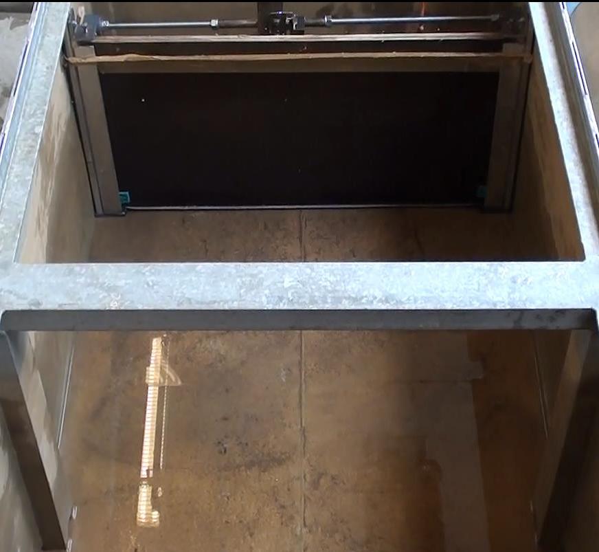 Bac d'expérimentation CERISIC avant un lâcher d'eau sur la barrière anti inondation pour tester l'étanchéité du système