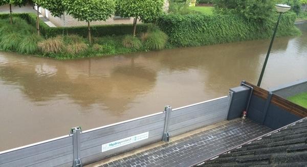 Installation de barrieres inondations amovibles en bordure de rivière pour protection anti crue d'une villa