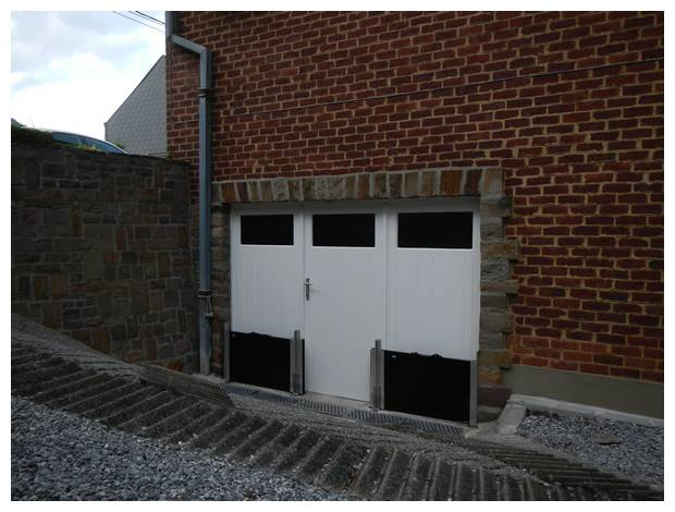 Solution barrières contre les inondations garage avec un accès situé sous le niveau du sol de la maison