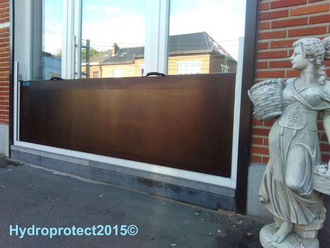 Batardeau-barriere-démontable-panneau amovible-étanche placé devant la vitrine du magasin, .