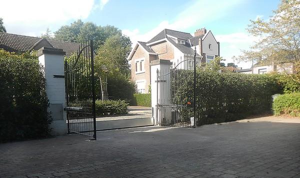 Barriere de defense amovible pour portail contre les crues en provenance de la voirie